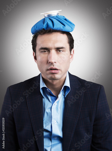 Photo  Office worker with an ice pack on his head