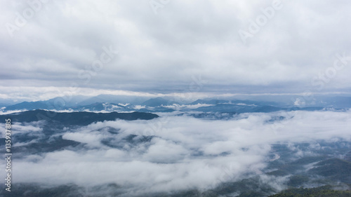 Photo Fantastic mountain landscape with colorful cloud. Dramatic sky.