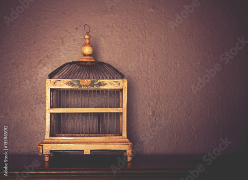 Photo  a birdcage on top of a piano toned with a retro vintage instagr