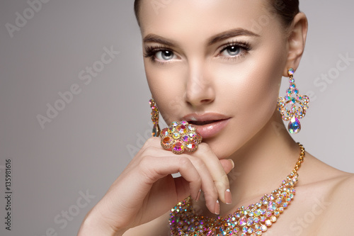 Fotografía  Beautiful woman in a necklace, earrings and ring. Model in jewel
