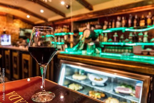 Photo Vue d'un verre de vin dans une taverne