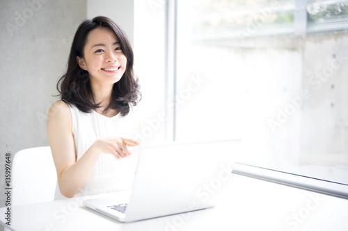 Fototapeta  パソコンを使う女性