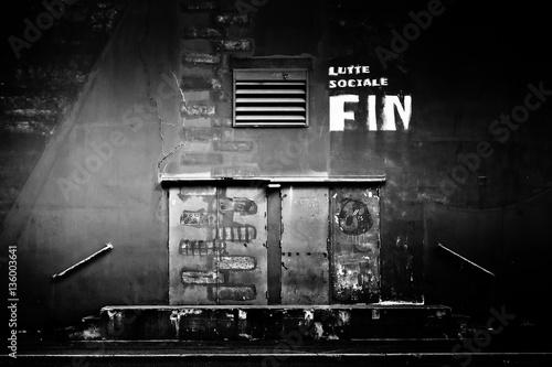 Photo  Lutte sociale fermeture usine dock travail ouvrier quai porte fe