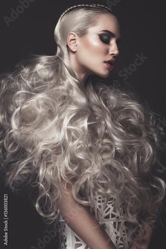 piekna-dziewczyna-w-artystycznej-sukni-z-awangardowymi-fryzurami-upieksz-twarz-zdjecia-wykonane-w-studio
