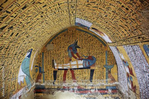 Malowanie ścian i dekoracja grobowca: starożytni egipscy bogowie i hieroglify w malarstwie ściennym