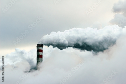 Photo  big cloud of smoke coming out of  power plant chimney, pollution