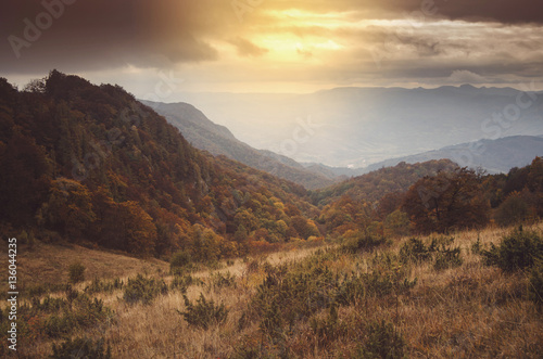 Poster de jardin Colline Sunset light in mountain landscape. Hills and forests seen from above in autumn scenery