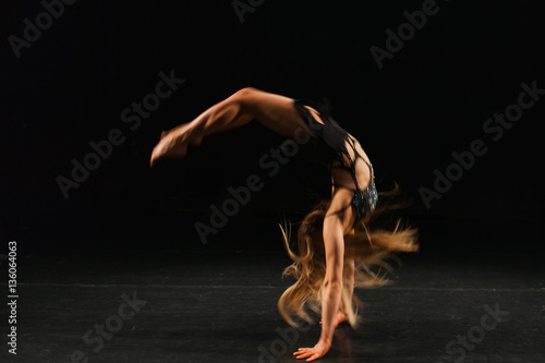 Spoed Fotobehang Gymnastiek gymnast performing handspring
