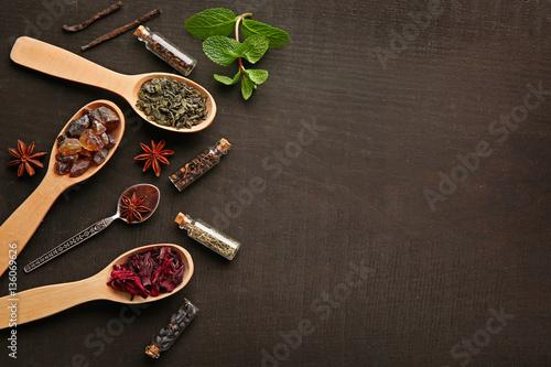 Papiers peints Herbe, epice 2 Assortment of tea in wooden spoons on dark background