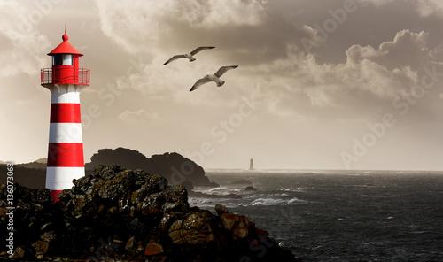 Fényképezés  Leuchtturm an der Küste schwarz/weiß