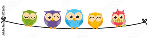 In de dag Uilen cartoon Happy Owl family sit on wire