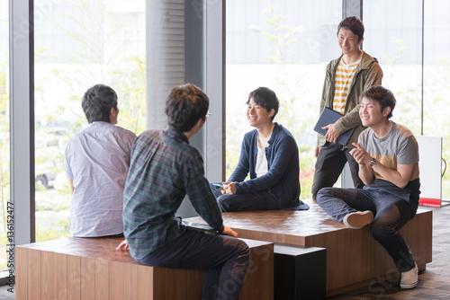 Fotografia  議論する若い研究者たち