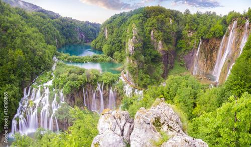 Montage in der Fensternische Wasserfalle Waterfalls in National Park Plitvice Lakes,sunrise over waterfal