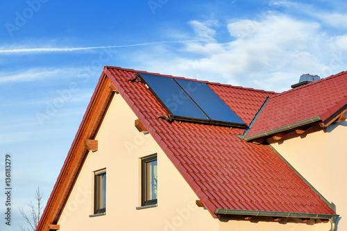Moderne Warmwasser Solaranlage Auf Roten Ziegeldach Buy This Stock