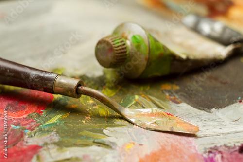szpatulka-z-tuba-farby-na-kolorowej-palecie