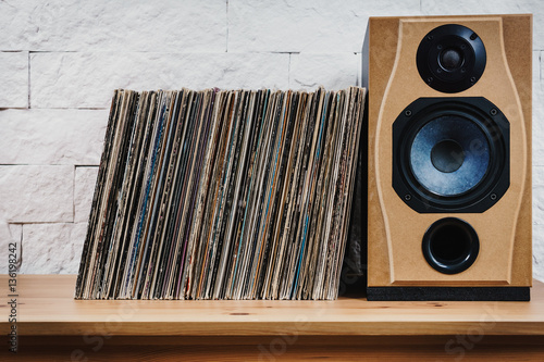 Fotografia  wooden shelf full of old vinyl records and speaker
