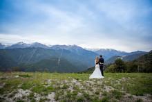 влюбленная пара смотрят на горы