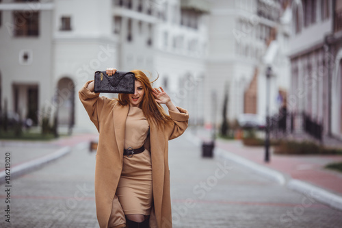Fotografie, Obraz  девушка с сумочкой в пальто