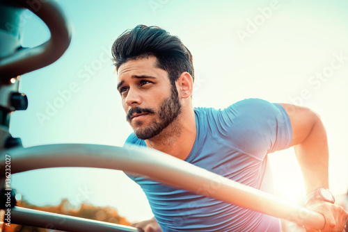 Photo  Muscular man during his workout outdoors