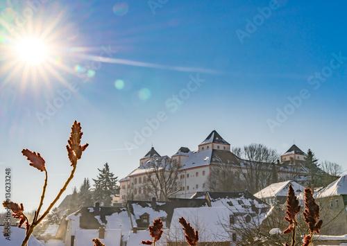 Foto auf Leinwand Schloss das Jagdschloss Augustusburg, im Winter bei weißem Schnee und blauem Himmel
