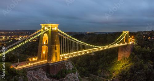 clifton-suspension-bridge-most-wiszacy-nad-rzeka-avon-w-zachodniej-anglii-widok-noca-na-oswietlony-most