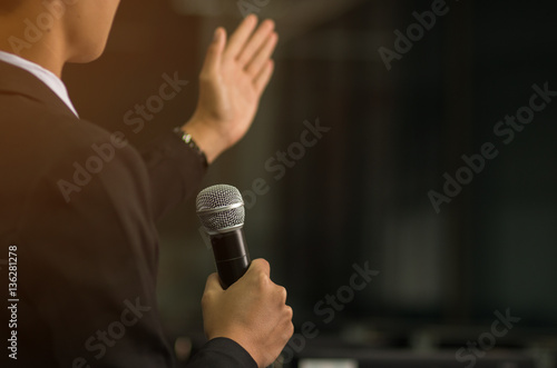 Photo  blurred of smart businessman speech, talking with microphone, gr