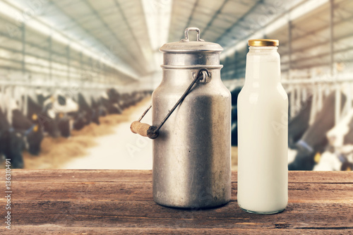 fresh milk bottle and can on the table in cowshed Tapéta, Fotótapéta