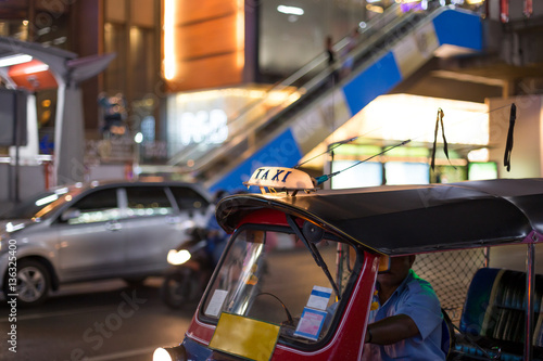 Photo  Letter taxi on famous Tuk-Tuk moto taxi on the street in the Tha
