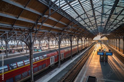 Foto auf AluDibond Bahnhof Lübecker Hauptbahnhof in der Abendstunde
