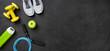 Fitnessausrüstung auf dunklem Hintergrund
