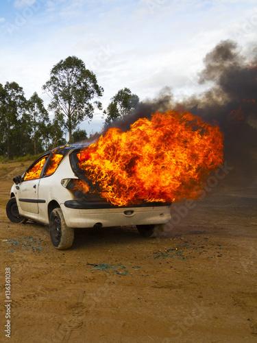 In de dag Vuur / Vlam Burning vehicle - terrorism concept
