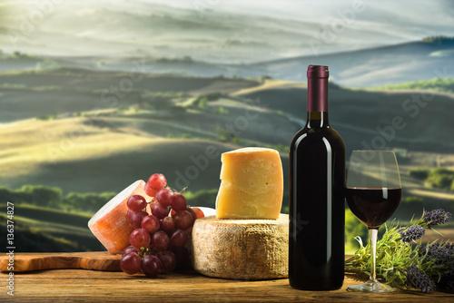 czerwone-wino-w-rocznika-swietle-z-serem-i-owoc