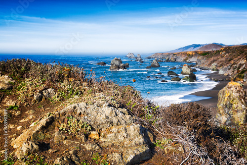 In de dag Kust California coast seascape featuring spectacular scenery of the rocky cliffs, sea stacks and black sand beach