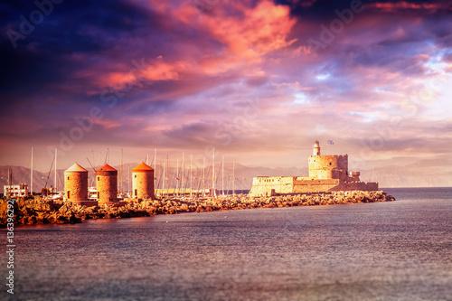 Zdjęcie XXL Piękny krajobraz. Zmierzch przy portem w starym miasteczku Rhodes