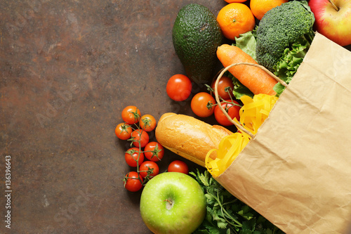 Fotografía  Grocery food shopping bag - vegetables, fruits, bread and pasta