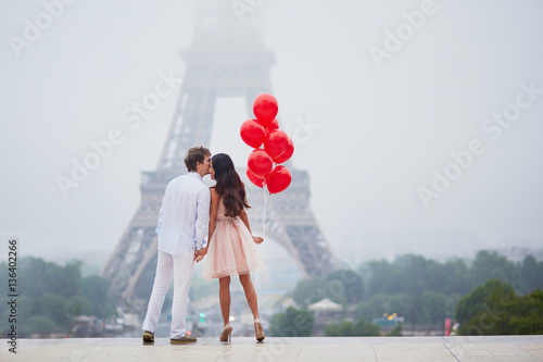 Photo  Romantic couple with red balloons together in Paris