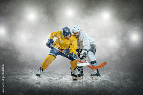 Fotografiet  Ice hockey player on the ice, outdoors