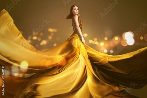 Fotografie, Obraz  Frau mit langem goldenen Kleid