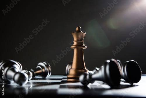Leinwand Poster König und Ritter des Schachaufbaus auf dunklem Hintergrund.