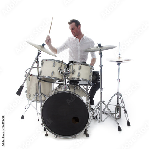 Fotografia drummer behind drum set wears white shirt and plays the drums
