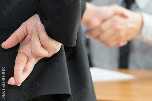 Foto  Dishonesty, Business fraud concept, Businessman showing fingers