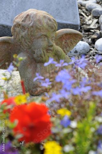 Keuken foto achterwand Begraafplaats grabengel hinter blumen