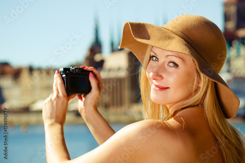 Foto  Beautiful elegant woman caught on taking pictures