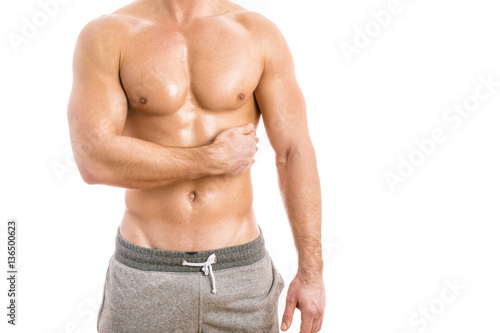 Zdjęcie XXL Mięśniowy młody człowiek odizolowywający na białym tle.