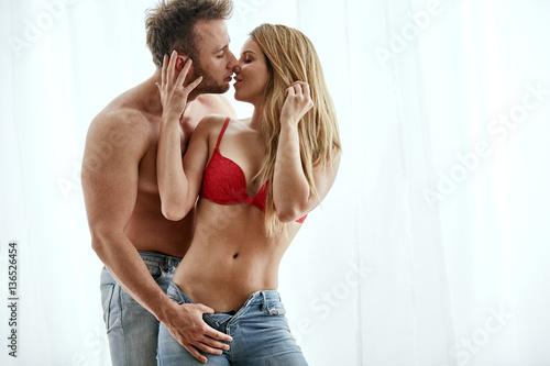 Plakat Młody mężczyzna i kobieta w miłości