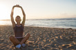 femme sur la plage qui fait du yoga