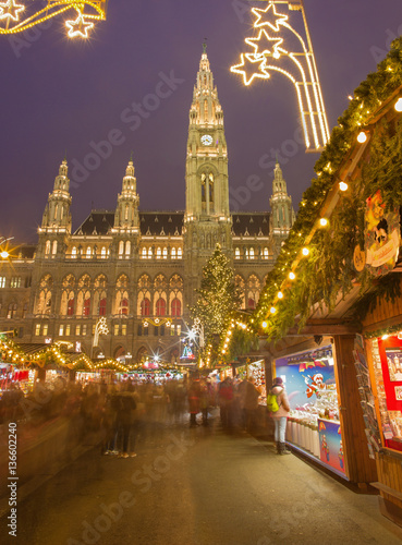 Photo  VIENNA, AUSTRIA - DECEMBER 19, 2014: The  town-hall or Rathaus and christmas market on the Rathausplatz square