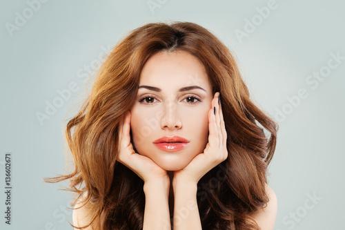 Plakat Piękna Kobieca Twarz. Zdrowa kobieta z idealną skórą i włosami