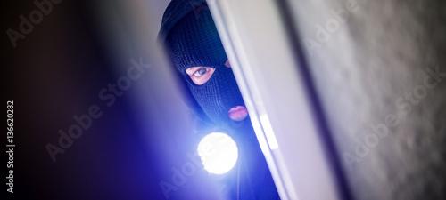 Fotomural  burglar open door of apartment or house