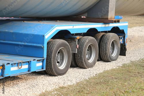 Fototapeta solidne koła dużych ciężarówek do transportu specjalnego